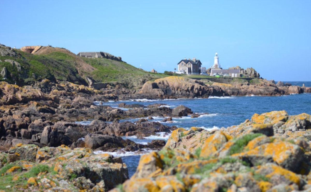 Blick vom Petit Port zum Corbière Lighthouse